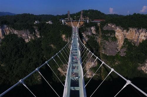 Hàng ngàn du khách nhồi nhét trên cầu đáy kính dài và cao nhất thế giới - Ảnh 7