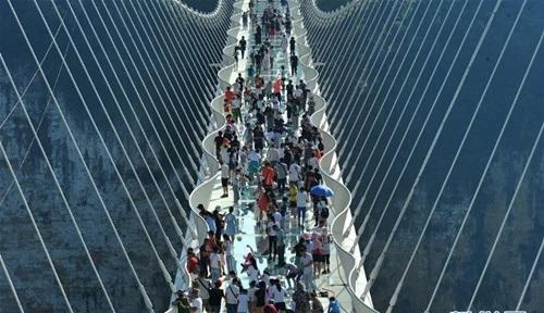 Hàng ngàn du khách nhồi nhét trên cầu đáy kính dài và cao nhất thế giới - Ảnh 8