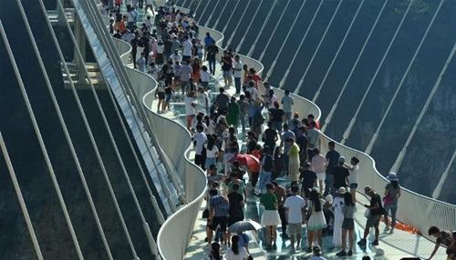 Hàng ngàn du khách nhồi nhét trên cầu đáy kính dài và cao nhất thế giới - Ảnh 9