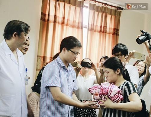 Khoảnh khắc chồng thiếu úy Huyền Trâm nhận lại con trai kháu khỉnh ở bệnh viện - Ảnh 7