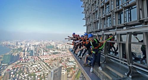 """'Vừa đi vừa run' trên con đường đáy kính """"nguy hiểm"""" nhất Trung Quốc - Ảnh 9"""