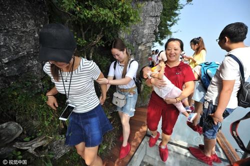 """'Vừa đi vừa run' trên con đường đáy kính """"nguy hiểm"""" nhất Trung Quốc - Ảnh 6"""
