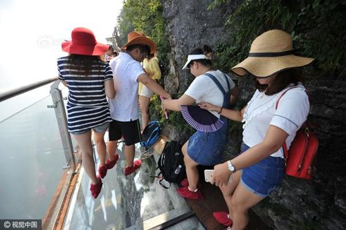 """'Vừa đi vừa run' trên con đường đáy kính """"nguy hiểm"""" nhất Trung Quốc - Ảnh 5"""