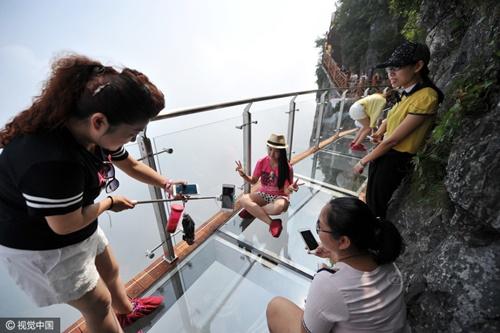 """'Vừa đi vừa run' trên con đường đáy kính """"nguy hiểm"""" nhất Trung Quốc - Ảnh 4"""