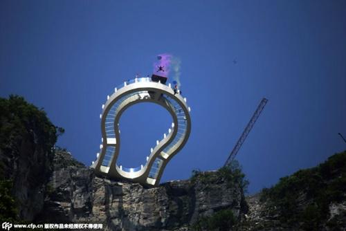 """'Vừa đi vừa run' trên con đường đáy kính """"nguy hiểm"""" nhất Trung Quốc - Ảnh 7"""