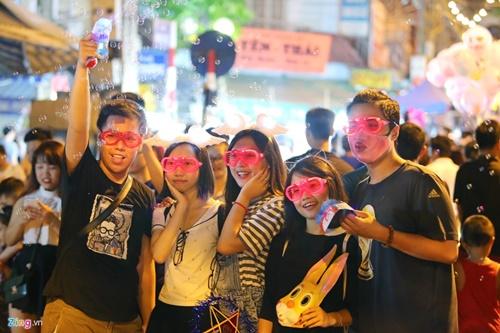 Giới trẻ đánh mất bản sắc Trung thu Việt trên đường phố - Ảnh 14