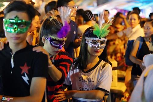 Giới trẻ đánh mất bản sắc Trung thu Việt trên đường phố - Ảnh 4