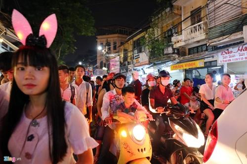 Giới trẻ đánh mất bản sắc Trung thu Việt trên đường phố - Ảnh 7