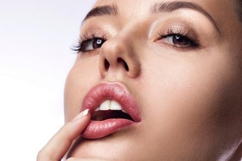 Cách trang điểm để có đôi môi dày mọng gợi cảm mà không cần phẫu thuật - Ảnh 2