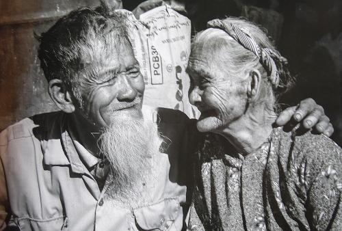 Chuyện tình xuyên thế kỷ: Cặp vợ chồng 90 tuổi nổi tiếng khắp năm châu nhờ 1 người Pháp - Ảnh 1