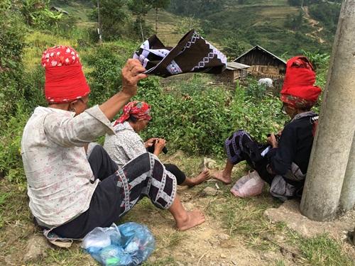 Những cô gái Mông ngồi thêu áo, tìm bạn tình - Ảnh 1