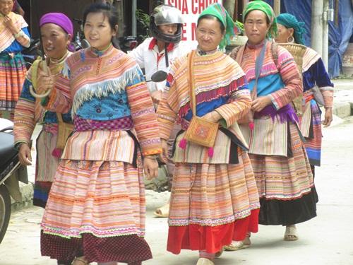 Những cô gái Mông ngồi thêu áo, tìm bạn tình - Ảnh 4