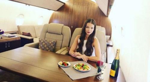 Sự thật đằng sau lối sống sang chảnh với du thuyền, máy bay riêng trên Instagram - Ảnh 1