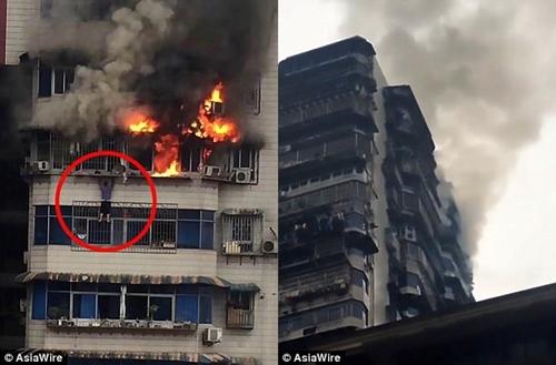 Kinh hoàng cảnh người đàn ông trốn khỏi đám cháy nhờ treo mình trên tầng 24 - Ảnh 1