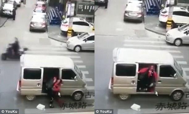 Cảnh bắt cóc nữ sinh trắng trợn giữa đường phố gây sốc - Ảnh 1