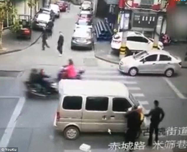 Cảnh bắt cóc nữ sinh trắng trợn giữa đường phố gây sốc - Ảnh 2