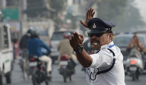 Cảnh sát giao thông điều khiển phân luồng xe bằng điệu nhảy Moonwalk của Michael Jackson - Ảnh 2