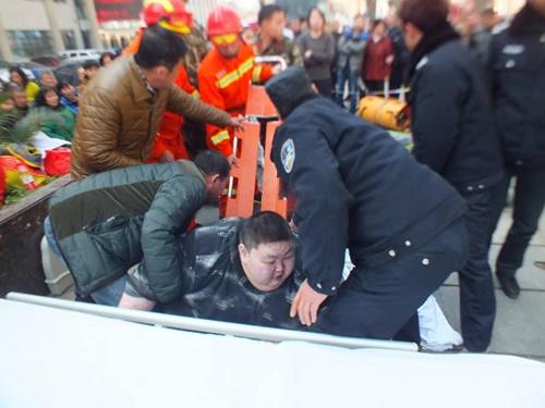 20 người toát mồ hôi mới nâng được chàng béo bị ngã ngồi trên vỉa hè - Ảnh 1