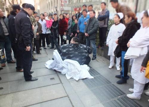 20 người toát mồ hôi mới nâng được chàng béo bị ngã ngồi trên vỉa hè - Ảnh 2