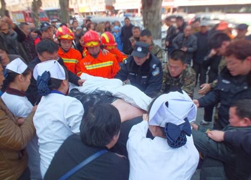 20 người toát mồ hôi mới nâng được chàng béo bị ngã ngồi trên vỉa hè - Ảnh 4