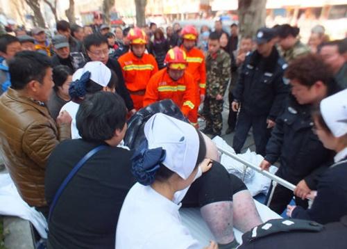 20 người toát mồ hôi mới nâng được chàng béo bị ngã ngồi trên vỉa hè - Ảnh 5
