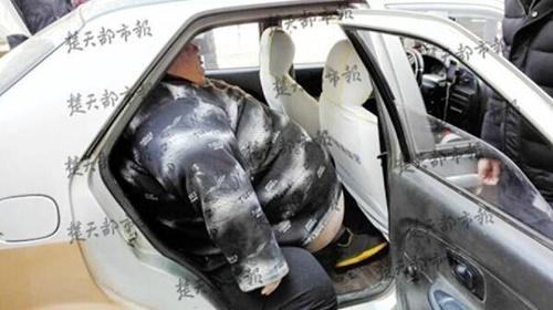 20 người toát mồ hôi mới nâng được chàng béo bị ngã ngồi trên vỉa hè - Ảnh 7