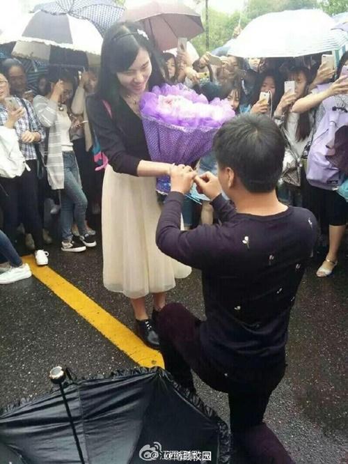 Chàng trai dùng hơn 30 triệu đồng kết thành hoa tặng bạn gái gây xôn xao - Ảnh 4