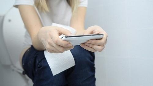 Đây là những lý do vì sao bạn không nên mang điện thoại vào trong toilet - Ảnh 1