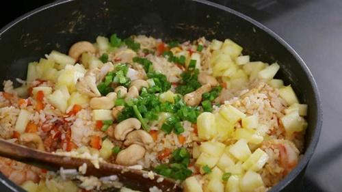 Làm cơm chiên tôm dứa kiểu Thái lạ miệng, thơm ngon - Ảnh 10