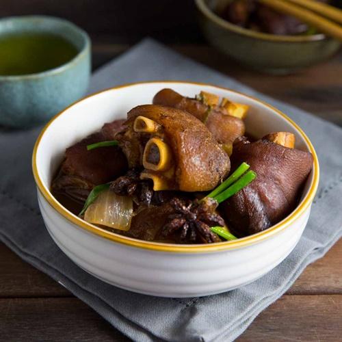 Vào bếp làm món móng giò om trà đen có hương vị mới lạ - Ảnh 8