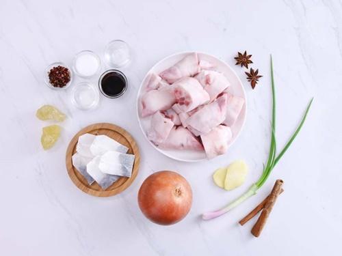 Vào bếp làm món móng giò om trà đen có hương vị mới lạ - Ảnh 1