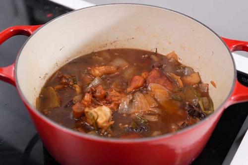 Vào bếp làm món móng giò om trà đen có hương vị mới lạ - Ảnh 6
