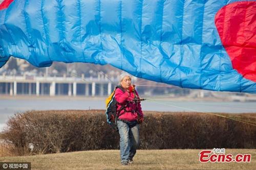 Giới trẻ 'chóng mặt' nhìn cụ bà U70 bay lượn trên bầu trời với bộ môn dù lượn - Ảnh 2