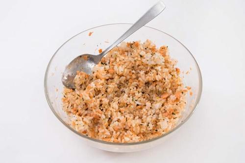 Cách làm cơm viên chiên cá hồi – món ăn cả nhà thích mê - Ảnh 3
