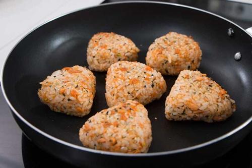 Cách làm cơm viên chiên cá hồi – món ăn cả nhà thích mê - Ảnh 6
