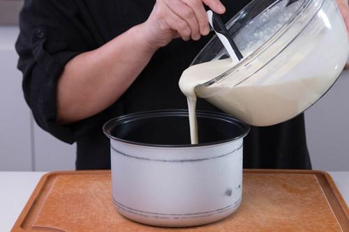 Cách làm bánh phô mai Nhật Bản xốp mềm bằng nồi cơm điện - Ảnh 4