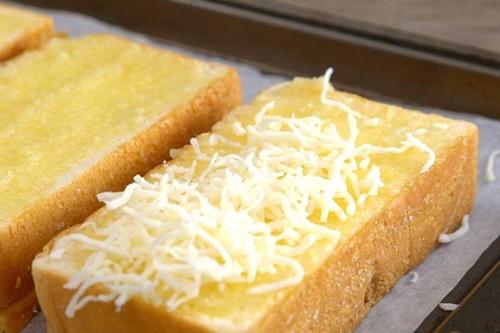 Bánh mì nướng phô mai tỏi – thơm ngon giòn tan  - Ảnh 5