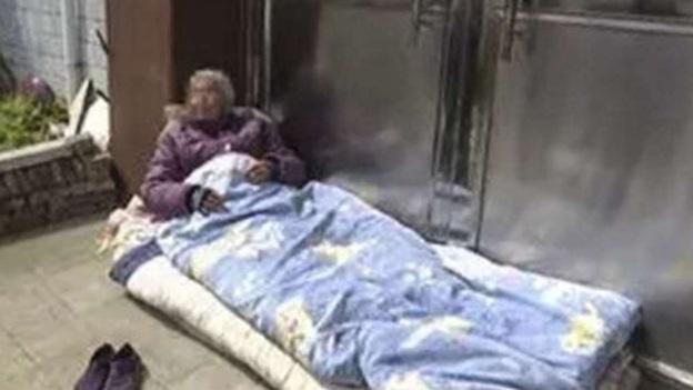 Đau lòng chuyện con trai bất hiếu để mẹ già 82 tuổi ngủ ngoài trời  - Ảnh 1