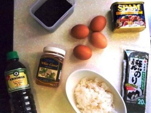 Spam musubi – món cơm cuốn rong biển theo kiểu Hawai - Ảnh 2