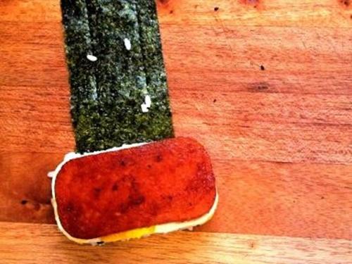 Spam musubi – món cơm cuốn rong biển theo kiểu Hawai - Ảnh 13