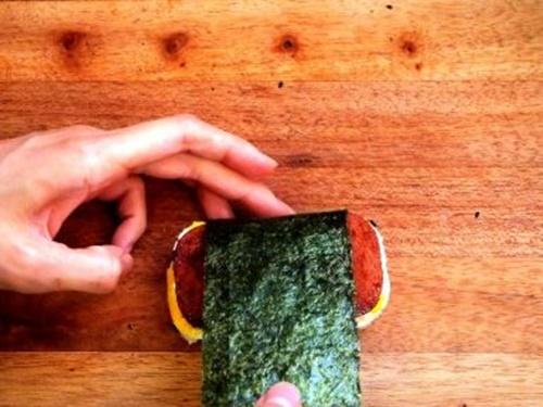 Spam musubi – món cơm cuốn rong biển theo kiểu Hawai - Ảnh 14