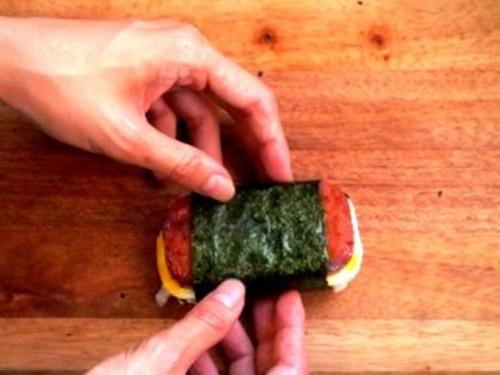 Spam musubi – món cơm cuốn rong biển theo kiểu Hawai - Ảnh 15