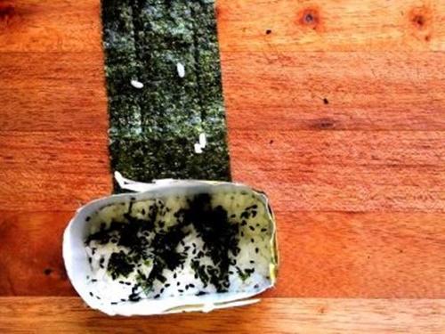 Spam musubi – món cơm cuốn rong biển theo kiểu Hawai - Ảnh 11