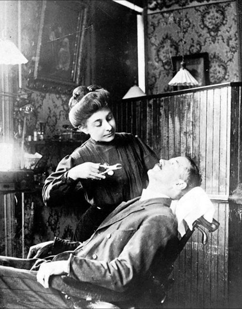 Những hình ảnh khiến bạn rụng rời: Nhổ răng bằng kìm, không thuốc tê - Ảnh 12