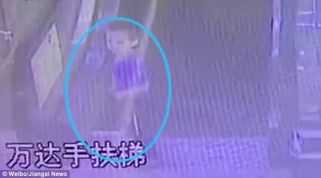 Cậu bé Trung Quốc bị thang cuốn nghiến đứt cánh tay - Ảnh 1