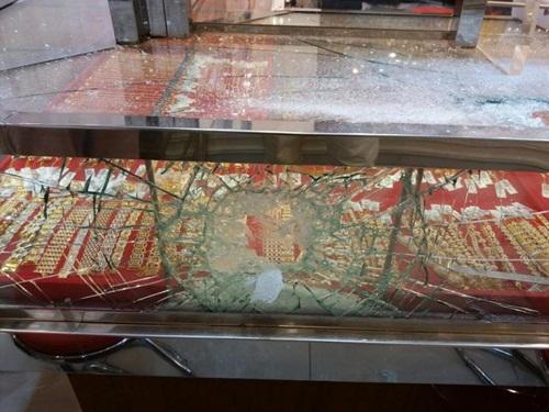 Cướp tiệm vàng bất thành vì không đập vỡ nổi tủ kính - Ảnh 4
