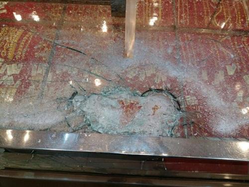 Cướp tiệm vàng bất thành vì không đập vỡ nổi tủ kính - Ảnh 5