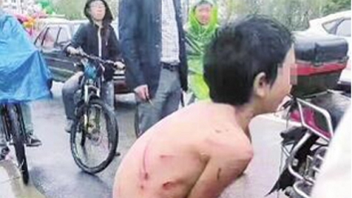 Phẫn nộ cảnh cậu bé bị bố lột đồ, trói bằng dây thừng kéo sau xe máy - Ảnh 1