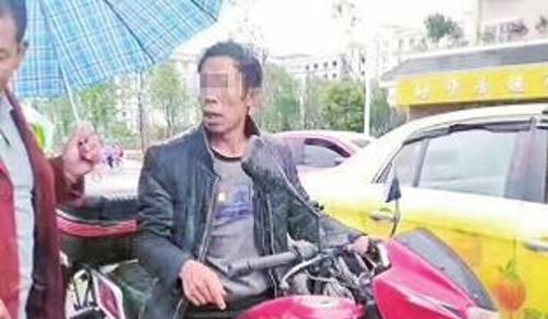 Phẫn nộ cảnh cậu bé bị bố lột đồ, trói bằng dây thừng kéo sau xe máy - Ảnh 2