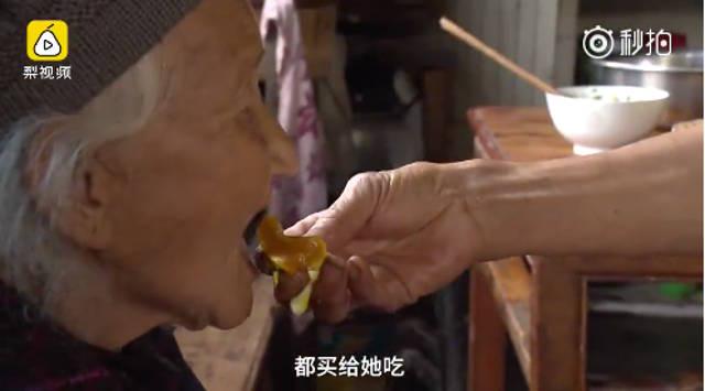 Hình ảnh khiến rưng rưng khi con rể cõng, đút thức ăn cho mẹ vợ - Ảnh 2